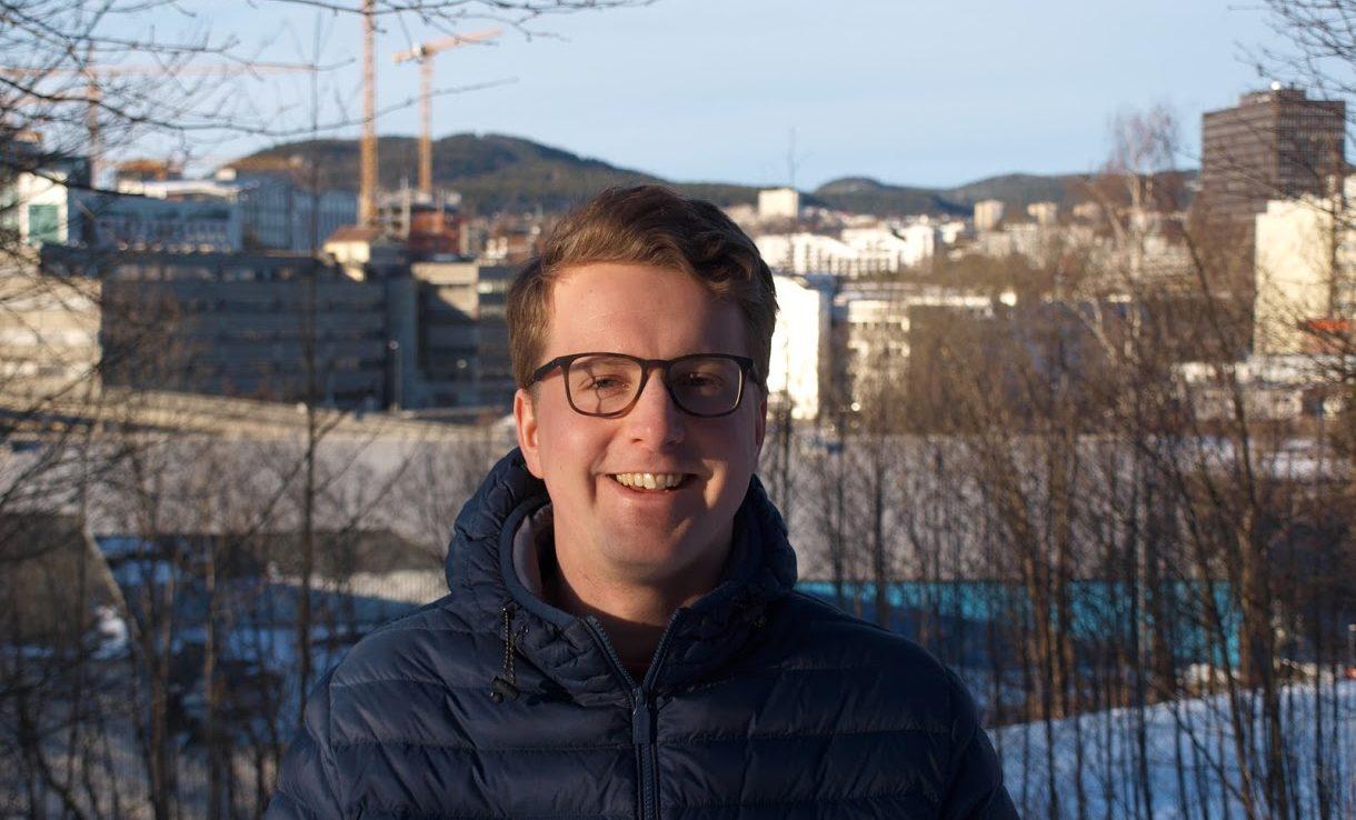 Portrettbildet av Geir Storli Jensen, med snødekt by i bakgrunnen